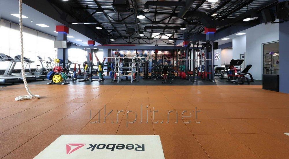 Травмобезпасная резиновая плитка для фитнес-центров