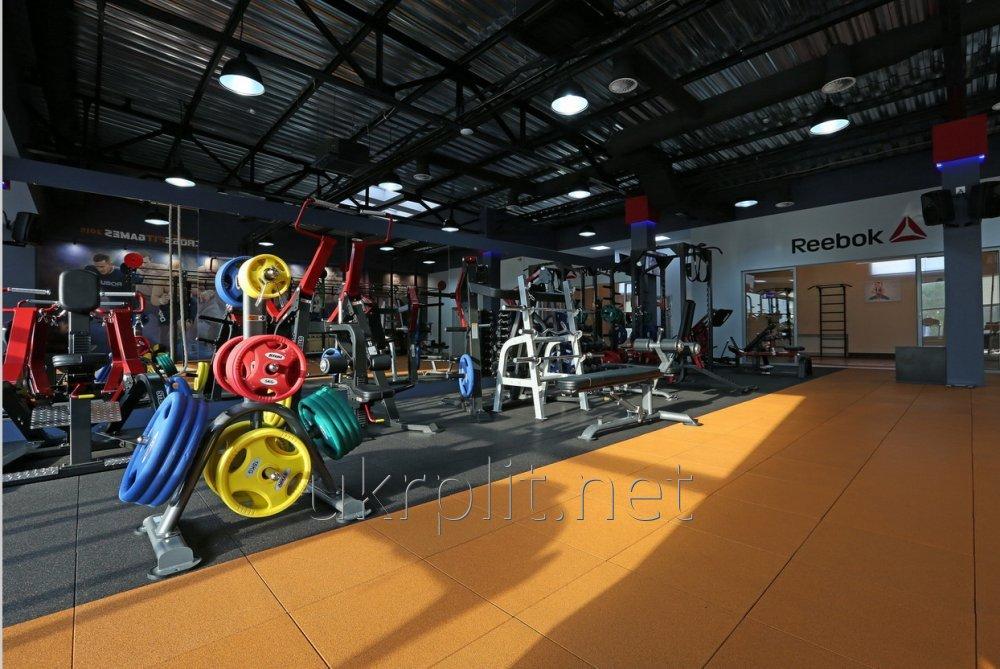Травмобезпасная резиновая плитка для фитнес клуба