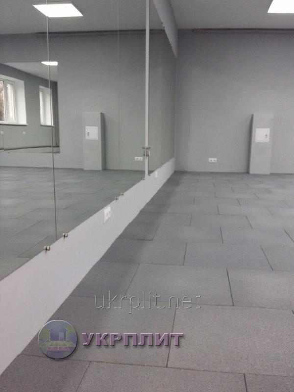Травмобезпасная резиновая плитка для фитнес залов