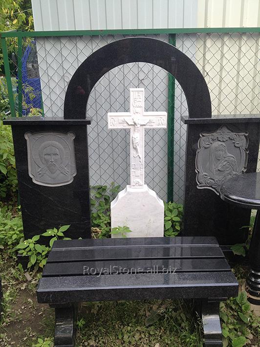 Мраморный крест, вставленный в гранитную арку габбро