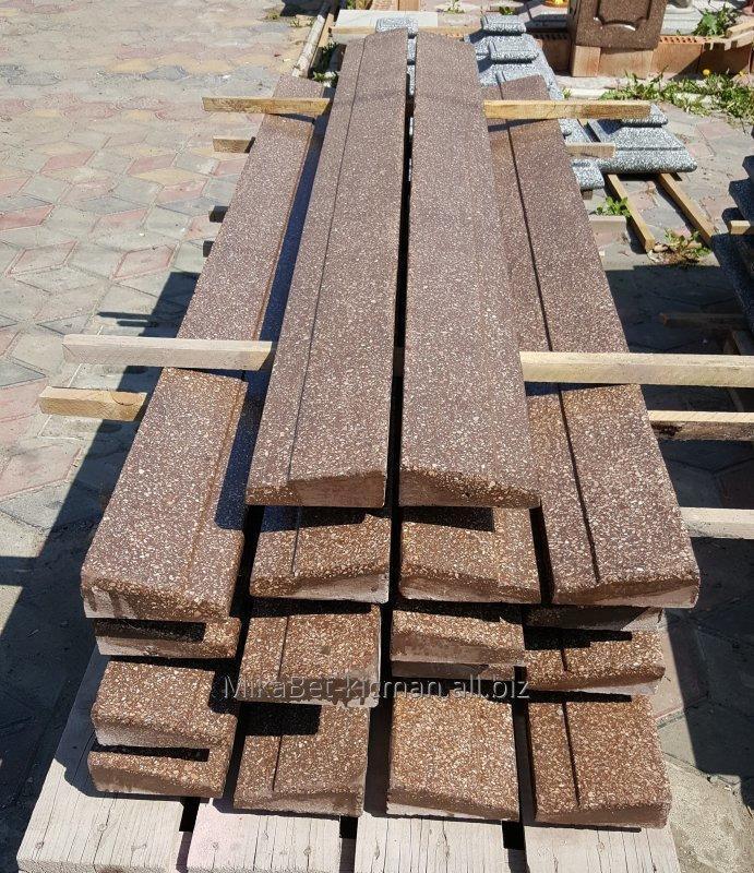Парапет односторонний (односкатный) на забор, бетонный с мраморной крошкой