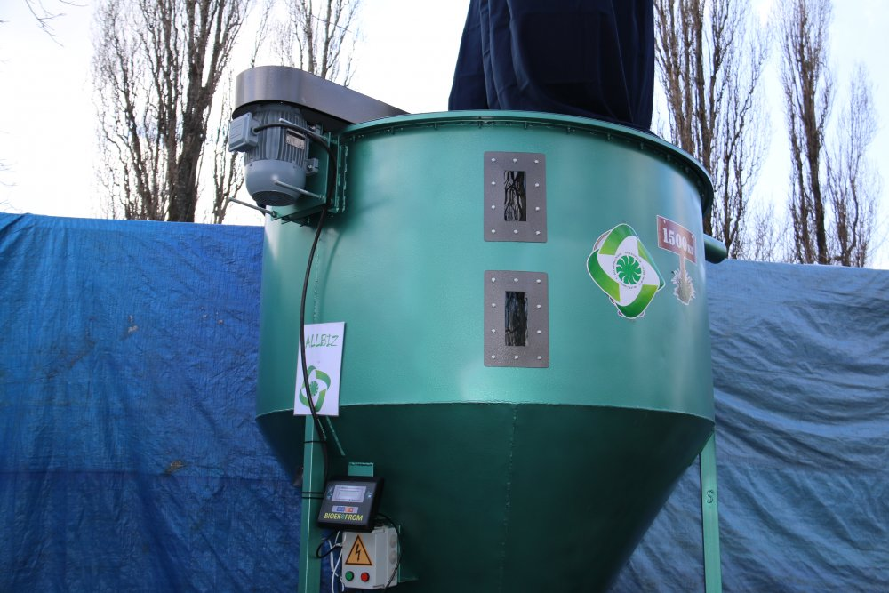 The compound feed mixer on 500 kg (The mixer for loose forages)