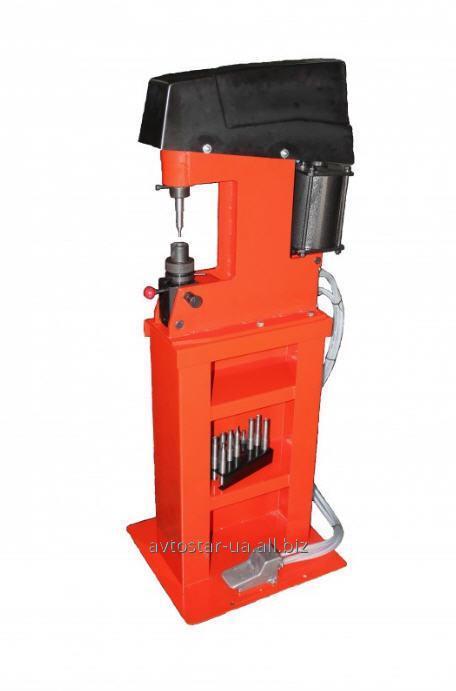 Pneumatic ustoystvo (machine) for a klepka of brake shoes of trucks