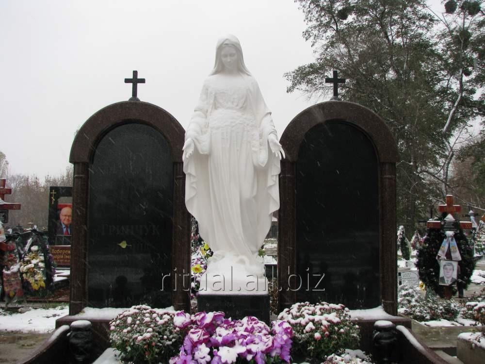 Установка статуи Богородицы на кладбище
