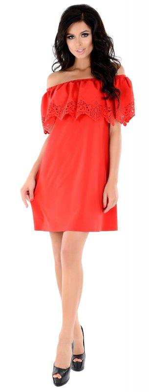 Яркое легкое платье красного цвета с открытыми плечами