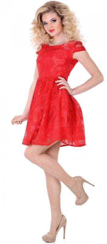 Яркое летнее платье красного цвета с коротким рукавом