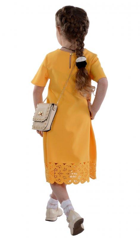 Яркое платье желтого цвета с кружевным низом
