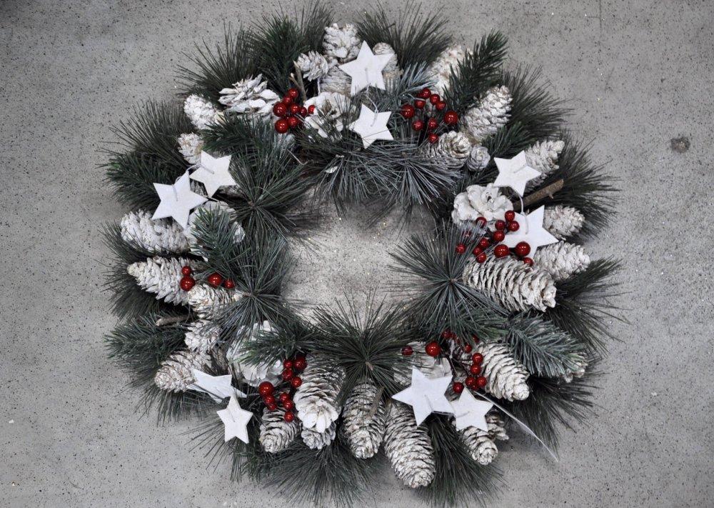 Венок из хвои рождественский.Золотистый декор.40см диаметр