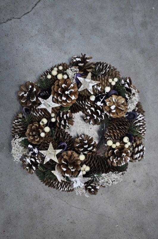 Венок из хвои рождественский.Украшен шишками и ягодами.30см диаметр