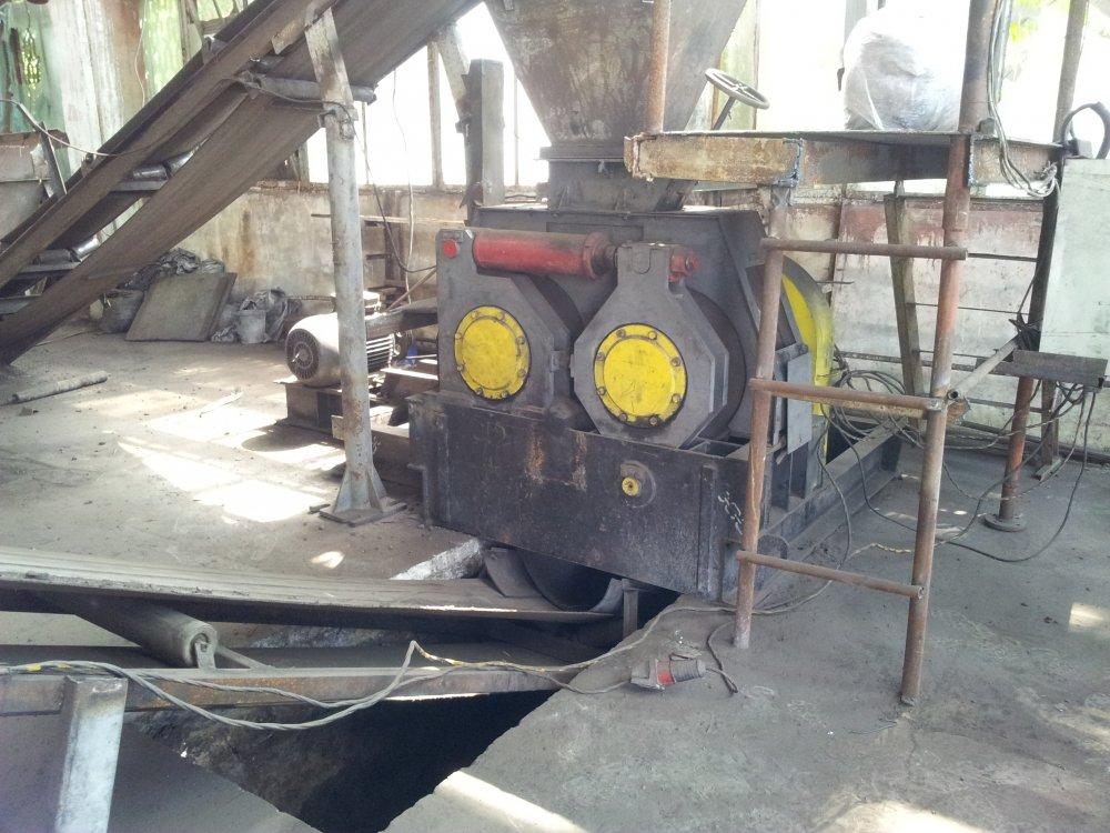 Пресс валковый для брикетирования угля и торфа.