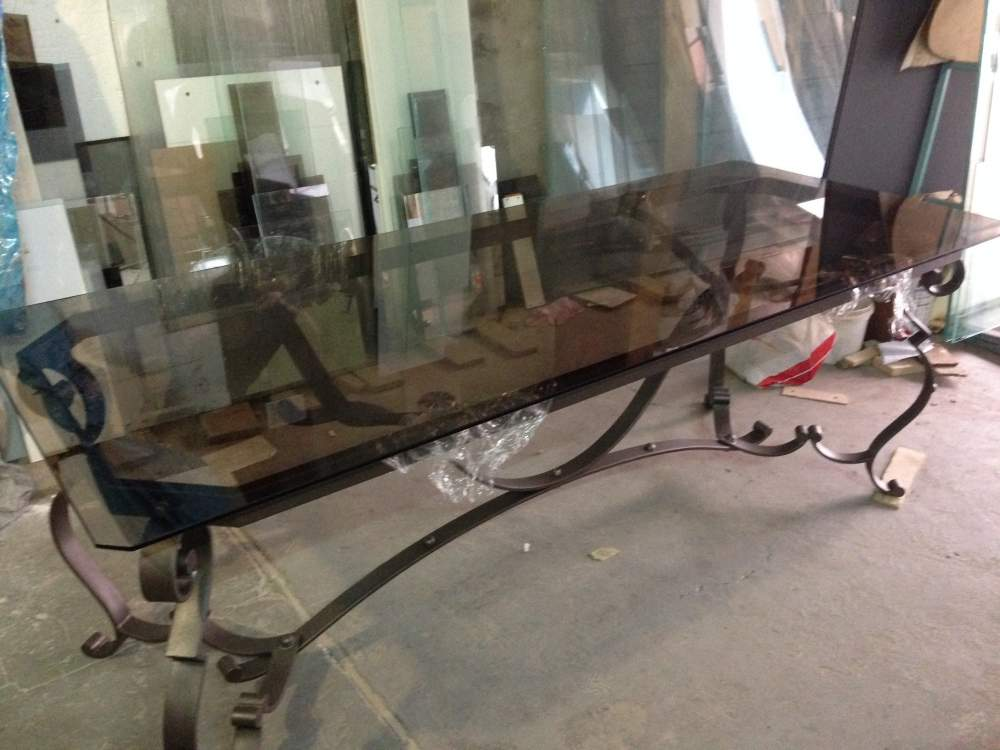 Стол из коричневого стекла