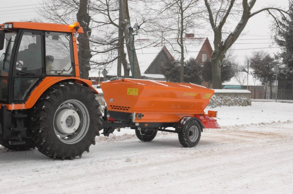 Прицепной пескоразбрасыватель Pronar T130 для трактора