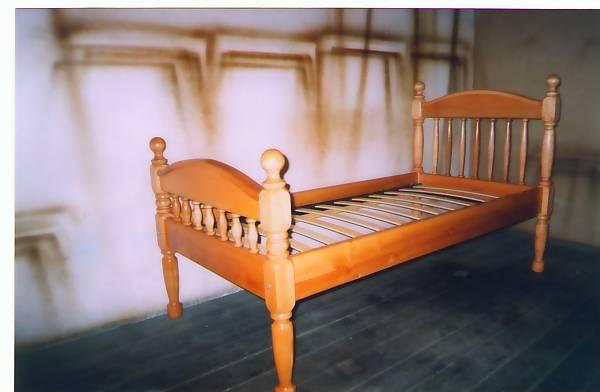 Кровать односпальная из натурального дерева