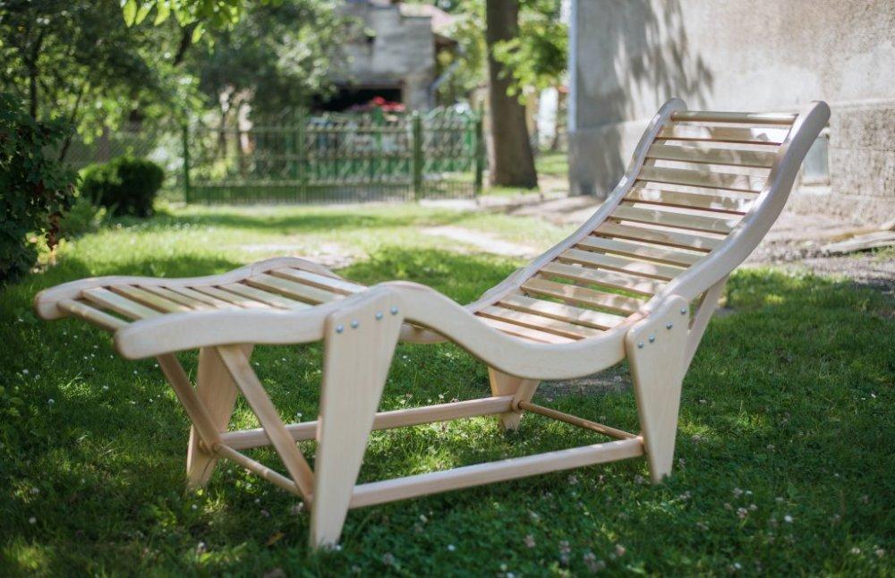 Лежак для отдыха на природе деревянный