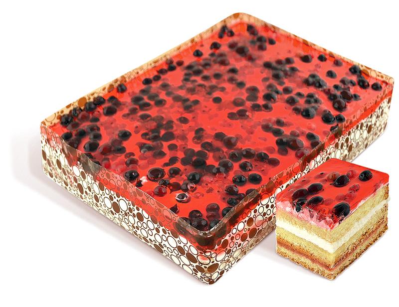 """Cake """"Lesnaya Polyana"""" esponja empapada en jarabe con relleno de cereza, crema y crema de vainilla """"Prest vainilla"""", decorado con bayas fresco congelado: arándanos, grosellas, grosellas rojas. Peso: 2 kg. GOST."""
