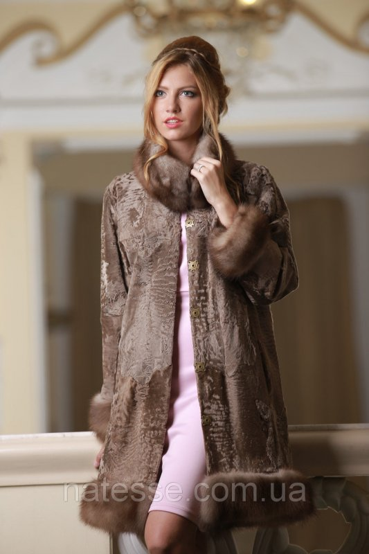 Пальто из каракульчи Swakara со съемной опушкой из куницы