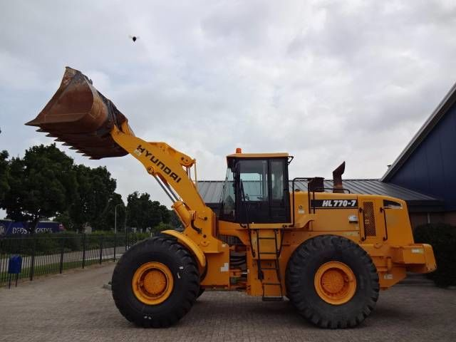 Hyundai HL 770-7 wheel loader.