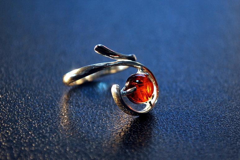 Янтарный женский перстень Сапфир