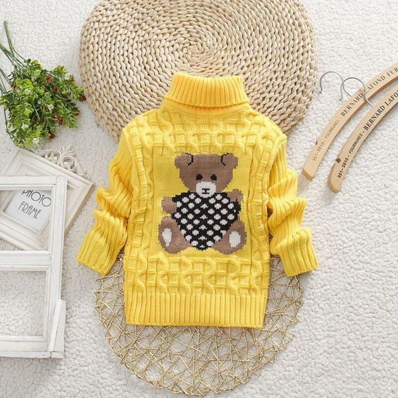Вязаный шерстяной свитер для детейс рисунком медведя.