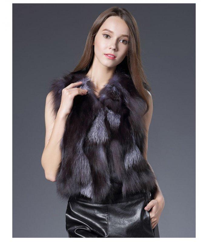 Женский жилет снатуральным мехом черно-бурой лисы.