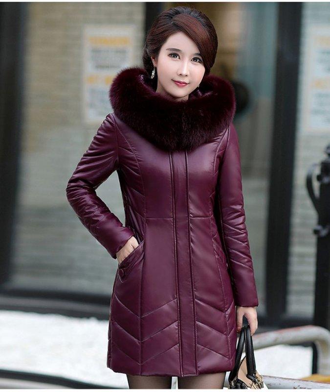 Женская кожаное пальто с меховым воротником.