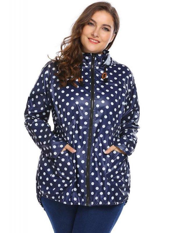 Женская куртка с капюшоном в горошек.