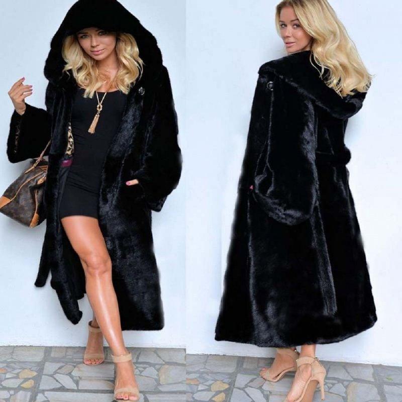 Модноеженское теплое пальто с капюшоном и длинными рукавами.