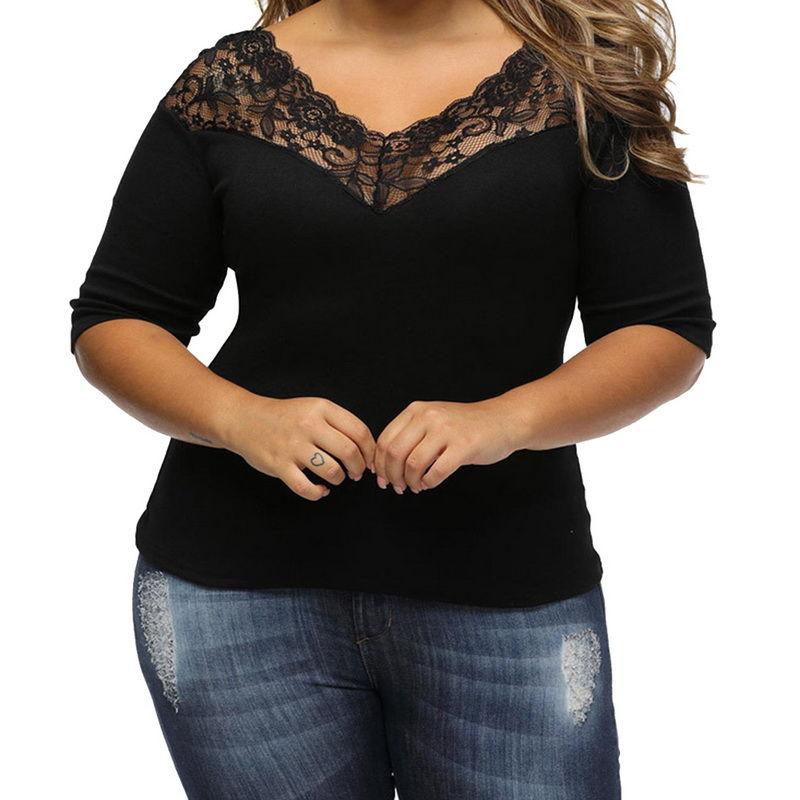 Модная футболка с глубоким вырезом и с кружевом.