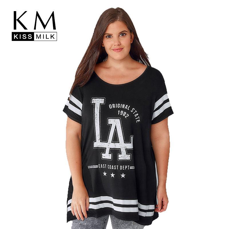 Модная футболка с письменным принтом больших размеров.