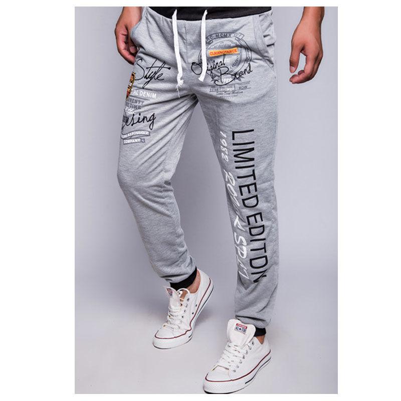 Мужские стильные, спортивные брюки с буквенным принтом.