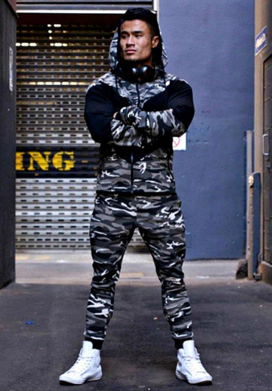 Камуфляжный спортивный костюм на молнии с капюшоном для мужчин.