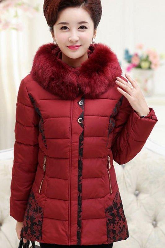 Пуховая куртка для женщин с капюшоном, с длинный меховой воротником.