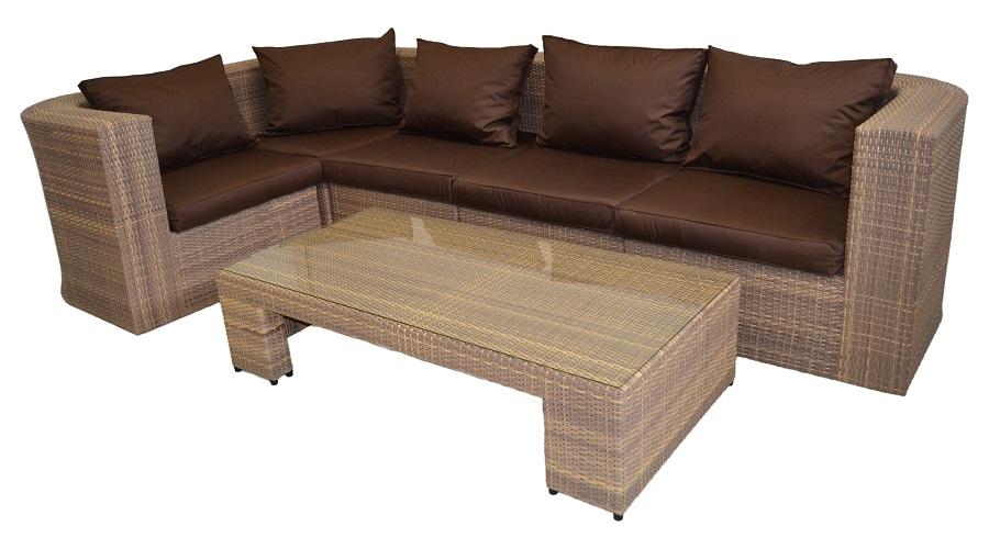 Комфортный диван для отдыха с подушками