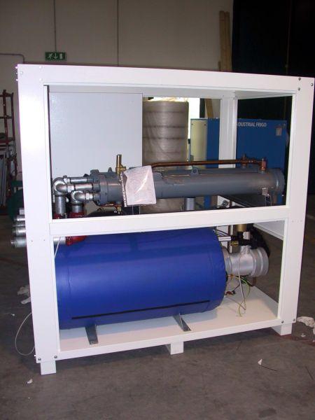 Охладитель (куллер, чиллер, охладитель жидкости) с водяным охлаждением конденсатора.