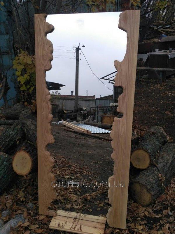 Зеркало, обрамленное массивом дерева
