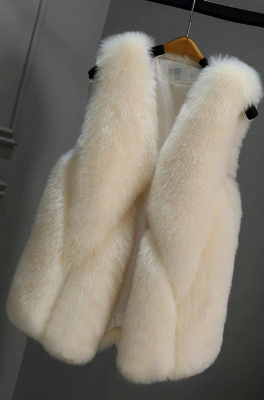 Модные, женские жилетки-(feminino) с лисьего меха. .
