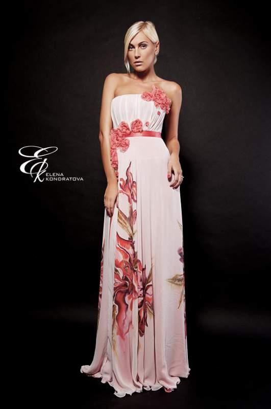 длинное женское платье на бретельках