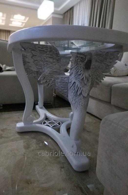 Журнальный столик с резными ножками.