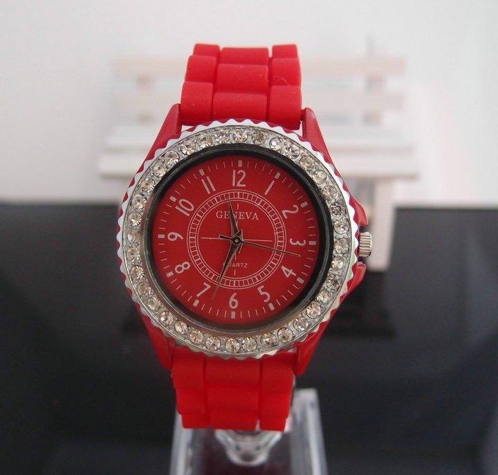 Женские наручные часы Geneva Crystal,красного цвета.