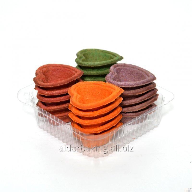 Tartlets của bột trong hình dạng của một trái tim cho muối xà lách 150g. màu lòe loẹt