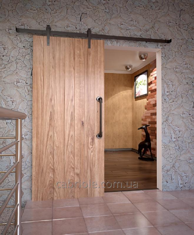 Раздвижные двери из натурального дерева с амбарным механизмом.