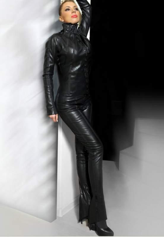 Девушка в кожаных брюках фото