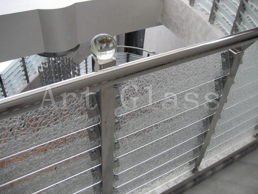 Ограждения стеклянные для лестниц и ступеней с применением художественной обработки стекла - изготовление на заказ