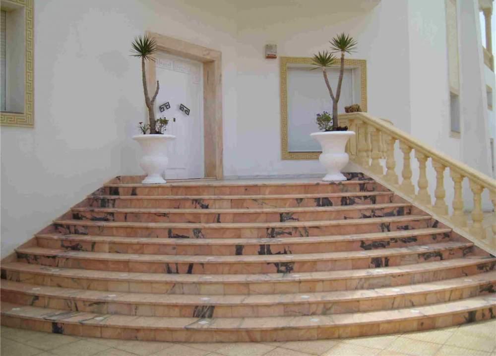 Лестницы, лестничные марши, ступени из мрамора и гранита