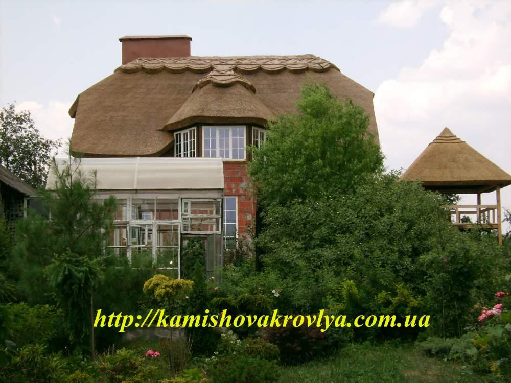Дома и срубы под камышом