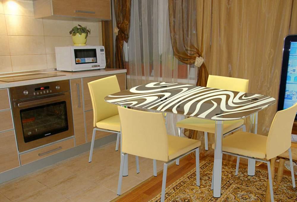 Кухонные стеклянные столы обеденные