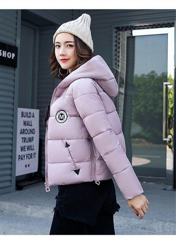 Короткая женская зимняя куртка с капюшоном.