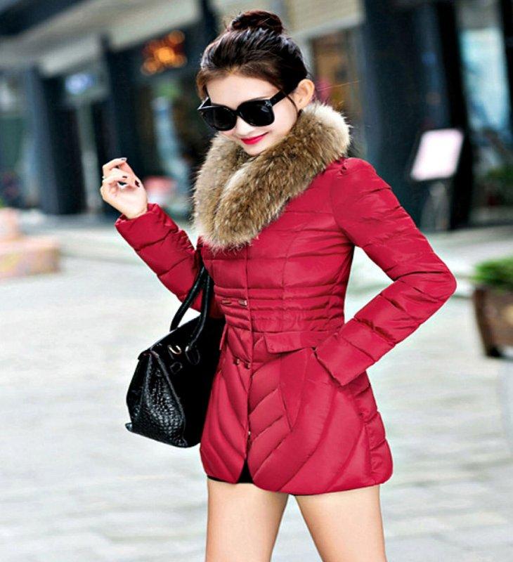 Модная женская куртка с двубортным меховой воротником.