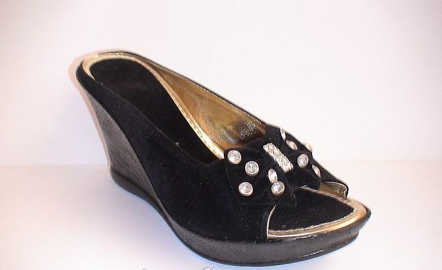 6deca8db67e5 Жіноче взуття оптом Сабо чорного кольору з бантом зі стразами 10052 ...