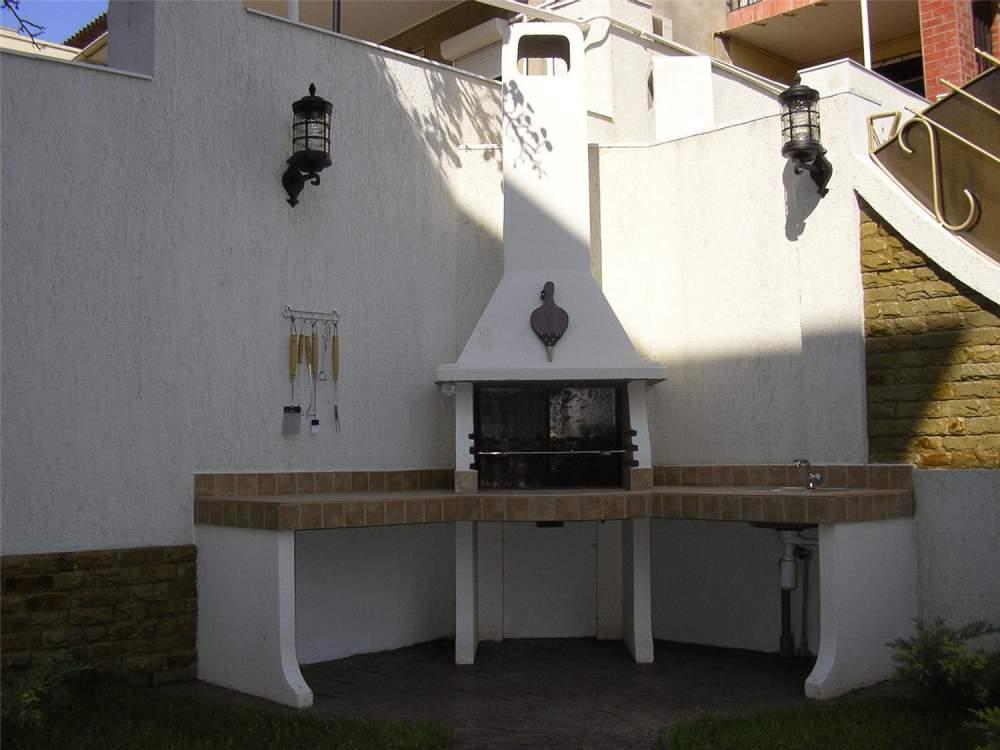 Барбекю дачная с двумя столами и удлиненным дымоходом